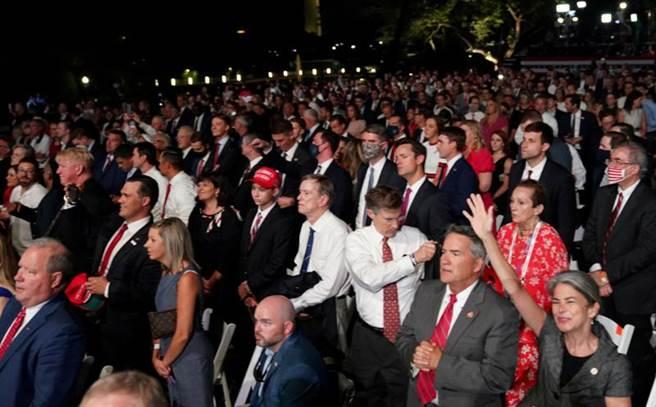 川普27日正式接受共和黨提名總統競選連任,但在白宮的提名演說上,並未規定將近1500名聽眾必須戴上口罩,也未能保持社交間距。(美聯社)