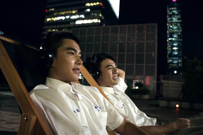 《刻在你心底的名字》雙帥曾敬驊(左)與陳昊森戴上專屬耳機享受星空下看電影的全新體驗。(氧氣電影提供)