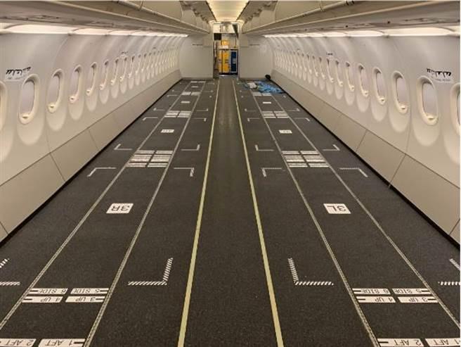 (酷航將一架A320客機改裝為貨機,經營貨運包機,可載貨20噸。圖/酷航提供)
