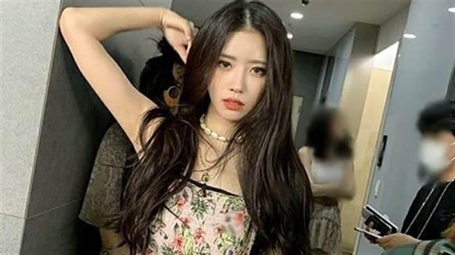 25歲女偶像李美珠(이미주)罕見脫了 「僅穿內衣」辣秀馬甲線超撩人(圖/IG@official_lvlz8_)