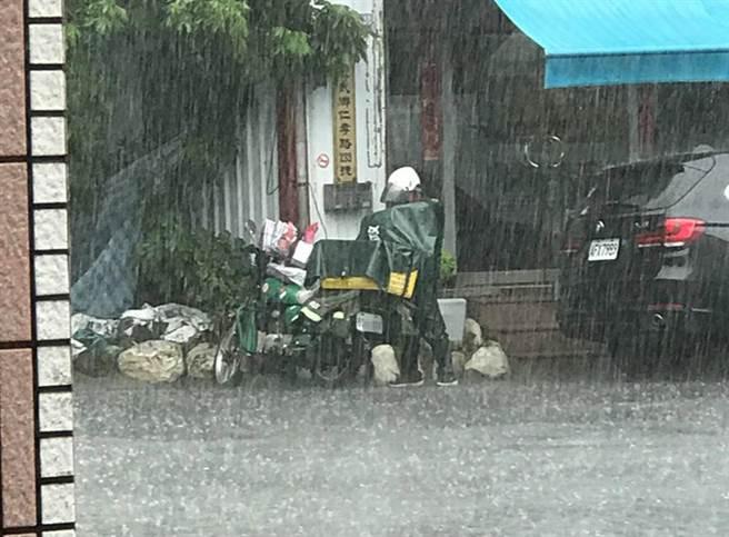 郵差並未立即躲雨或穿雨衣,第一時間是先保護信件(圖/網友黃嘉嘉提供授權)