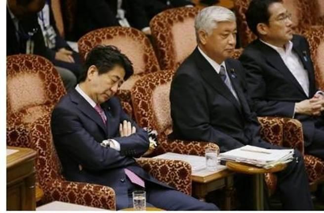 安倍打瞌睡的鏡頭經常在媒體與網路上出現,可能也與他的身體狀況不佳有關。(圖/網路)