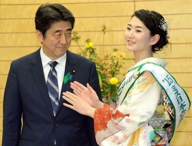 安倍有一次在活動中會見日本櫻花小姐,眼睛直盯著美女看,被媒體逮個正著。(圖/搜狐)