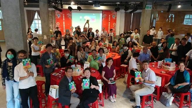 吳靜吉特地以流水席感謝一路陪他走過推動創造力教育的夥伴。(紙風車劇團提供)