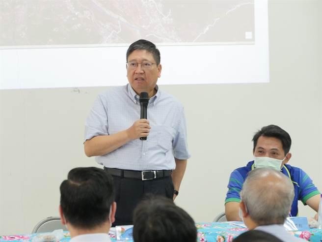 新竹縣長楊文科(左)呼籲政府,勿為國內食品安全增添變數。(資料照)