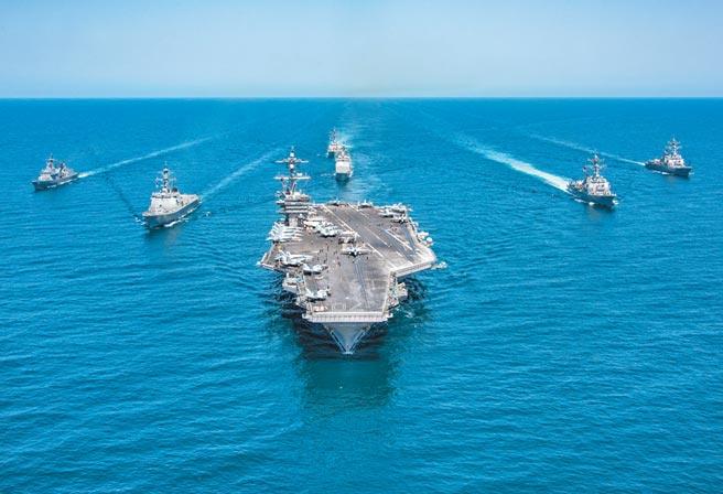 中美在西太平洋和南海軍事角力愈顯激烈。美國證實了大陸試射包括東風21和東風26型等被稱為「航母殺手」的4枚中程彈道飛彈。圖為美國航母聖文森號戰鬥群在西太平洋和盟友海上演習。(美聯社)