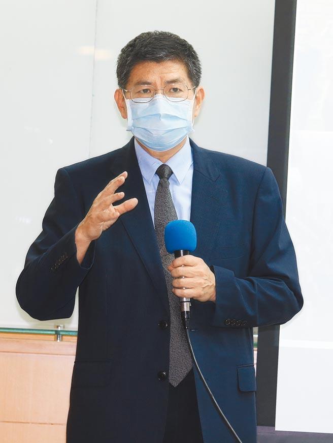 台大公共衛生學院教授詹長權在27日彰化縣抗體血清調查報告記者會中說明研究內容。(姚志平攝)