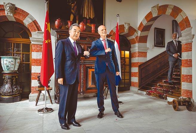 大陸外長王毅26日訪問荷蘭,荷蘭外相對港府拘捕媒體人士,以及北京實施《香港國安法》表達憂慮。(美聯社)