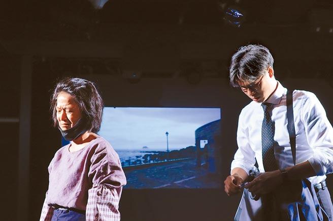 入圍金鐘獎女配角的謝瓊煖(左)近期忙排練舞台劇《我們與惡的距離》。(故事工廠提供)