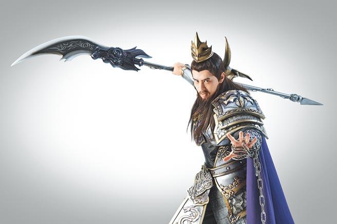 胡宇威在手遊廣告中穿古裝扮關公,帥氣耍關刀。(寶麗來國際娛樂提供)