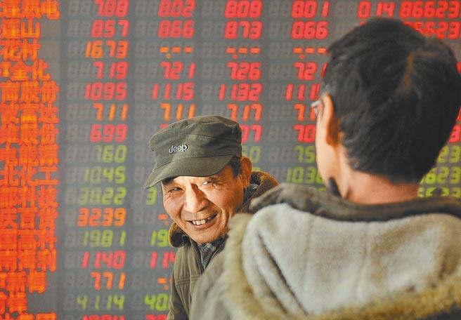 中國神網籌組的刺激讓大陸廣電系類股大漲。圖為大陸股市投資人談論股市大漲面露喜色。(中新社資料照片)