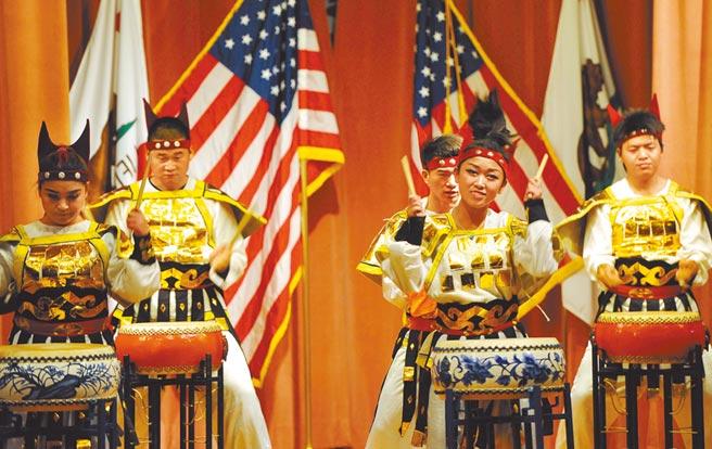 上海藝術團為華人華僑演出鼓樂《秦王破陣樂》。(中新社)