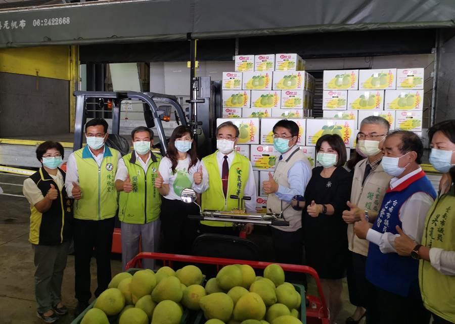 20年來第1櫃輸往日本的產銷履歷文旦,在台南市長黃偉哲(左六)與農糧署長胡忠一(左五)見證下,28日在麻豆區農會集貨裝箱。(劉秀芬攝)
