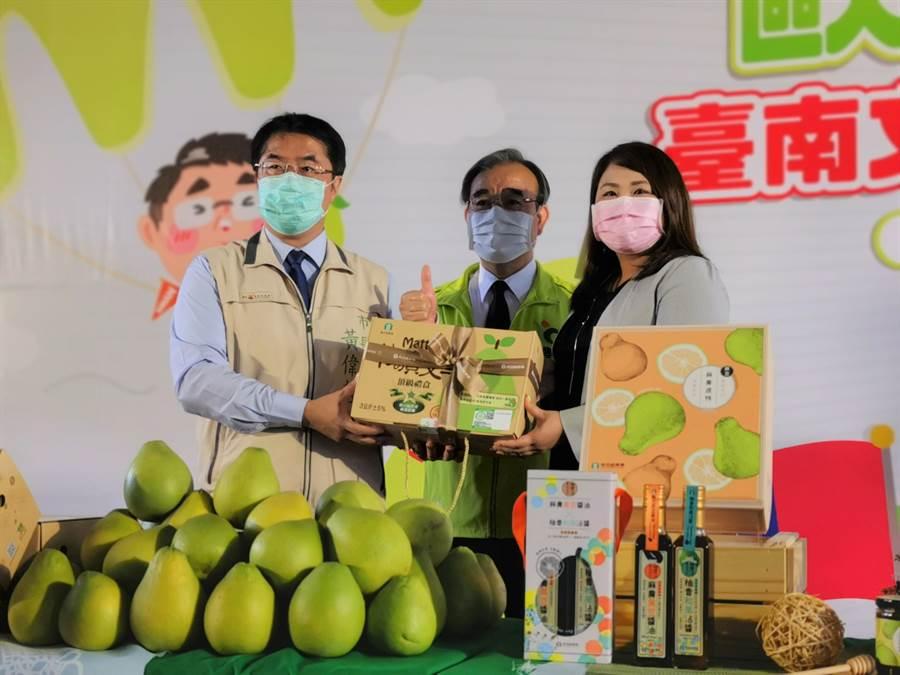 農糧署、台南市贈送100箱文旦給日本6所學校當營養午餐,由笠間市台灣辦事處長木下知香(右)代表受贈。(劉秀芬攝)