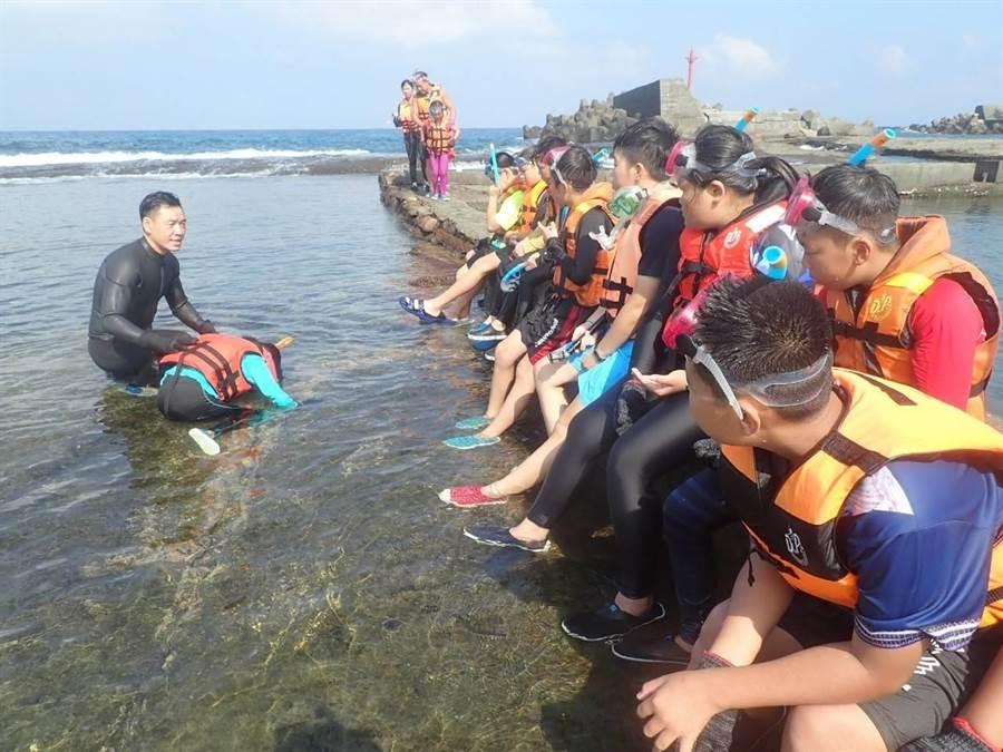 邱奕浩(左)長期關心山海生態,也帶領社區孩童認識大自然。(邱奕浩提供/邱立雅竹市傳真)