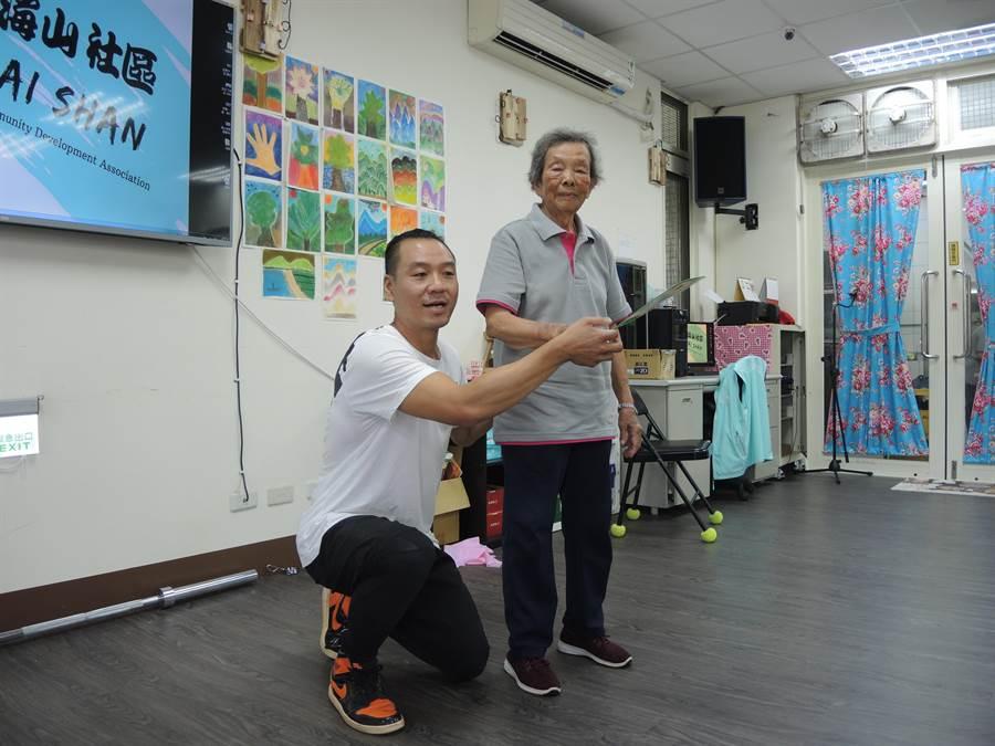 拳擊教練邱奕浩(左)身分多元,既是咖啡店老闆也是生態觀察工作者。(邱立雅攝)