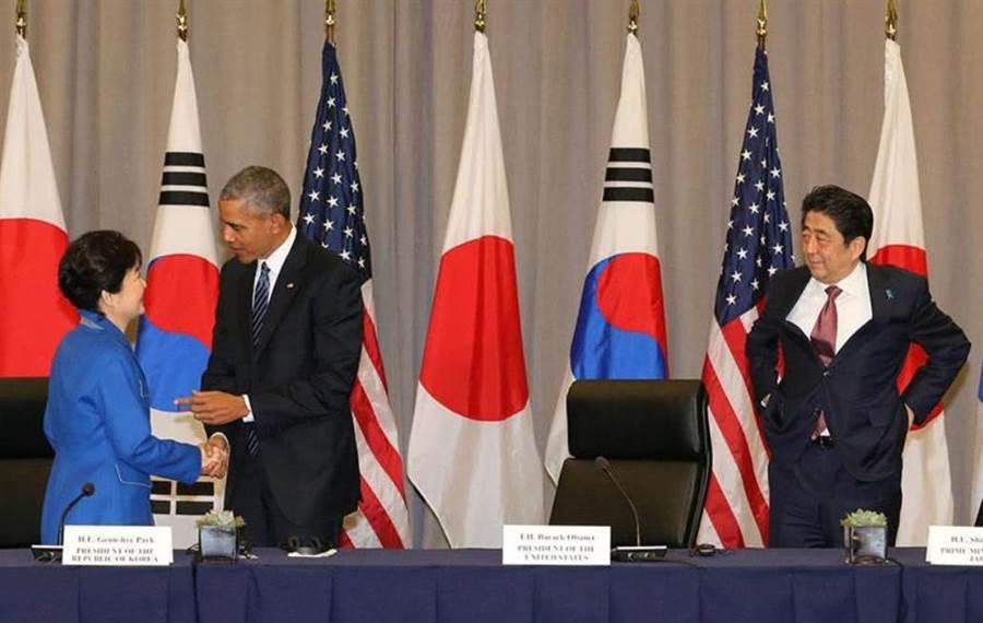 在華盛頓舉行的美日韓3國核子安全高峰會上,安倍也被媒體捕捉到公然提褲子,即便滿場的攝影機他也不在乎。(圖/路透)