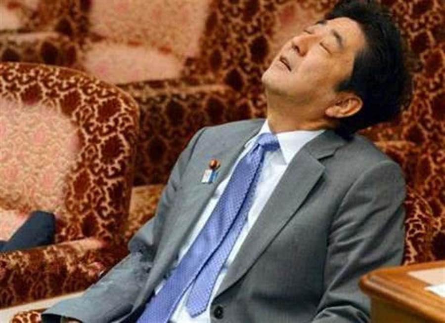 網路上傳出的安倍打瞌睡照片,大部份都是在議場內,媒體經常以此取笑。(圖/網路)