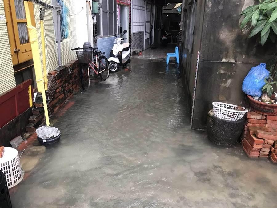 從先天宮到東石分駐所之間的地勢低窪,每逢短時強降雨,路面嚴重積水。(嘉義縣議員姜梅紅服務處提供/張毓翎嘉義傳真)