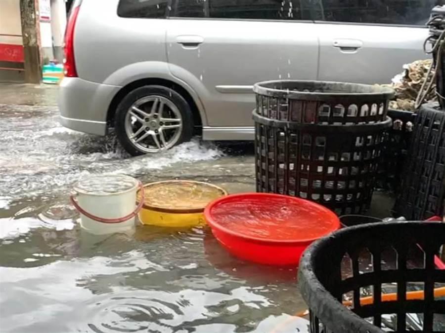 先天宮附近小巷昨日上午湧入大量雨水,行經車輛濺起水花。(嘉義縣議員姜梅紅服務處提供/張毓翎嘉義傳真)