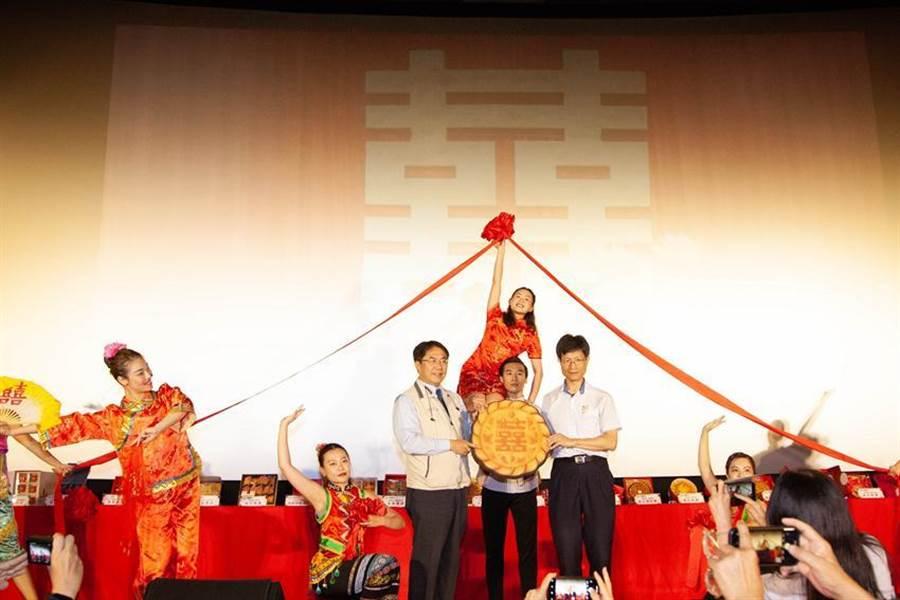 (8月中旬舉辦的首屆南臺灣大餅節,台南市長黃偉哲都讚不絕口。圖/商研院提供)