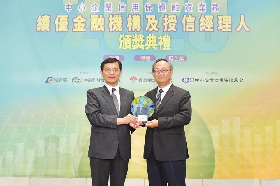 臺灣企銀總經理張志堅(右)接受經濟部中小企業處處長何晉滄(左)頒授獎座。圖/臺灣企銀提供