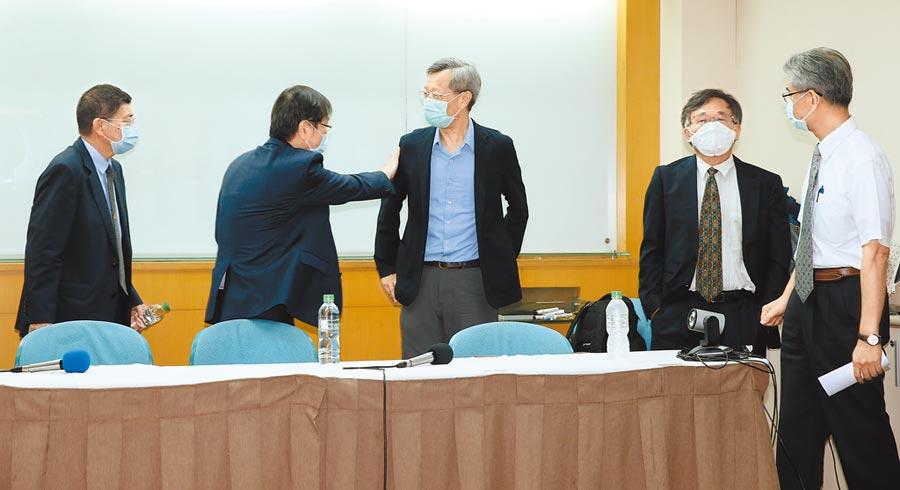 彰化縣抗體血清調查報告記者會結束後,莊人祥拍了拍葉彥伯的肩膀安慰。(姚志平攝)