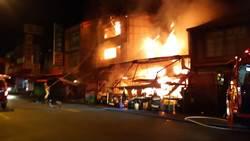 草屯鎮大觀市場暗夜爆惡火 看護急抱老婦逃生
