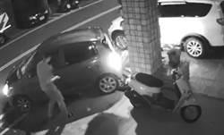夜半汽車自動倒車撞機車 調監視器嚇壞「無人駕駛」