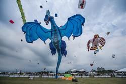 「巨龍起飛」 防疫英雄升空 新竹漁港辦國際風箏節
