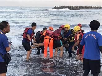 父子旗津戲水遭大浪捲走 2兒被「拍打上岸」 父失蹤一夜尋獲遺體