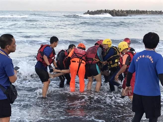 李父於29日5時43分被發現漂浮在離岸邊10公尺處,警消人員立即將他拉上岸。(翻攝畫面/洪浩軒高雄傳真)