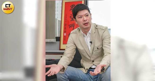 台北市議員李柏毅批評,6年來柯文哲沒有提出實質的觀光產業建設。(圖/鄭清元攝)