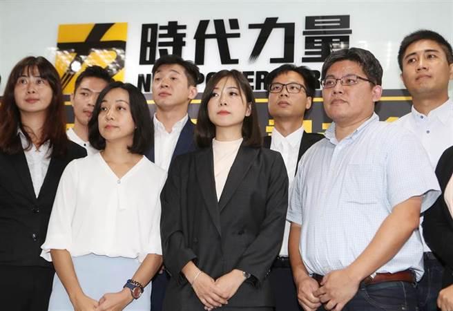前時力副秘書長高鈺婷(前排右二)接任黨主席,並與剛當選決策委員會成員合影留念。(陳怡誠攝)