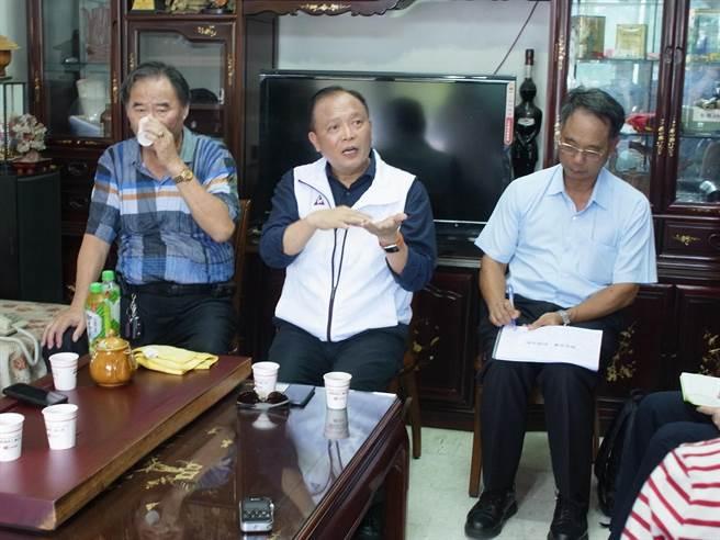 中央畜產會董事長林聰賢(中)拜訪雲林縣豬農,強調確保食安與產業,加工肉品回銷美國。(張朝欣攝)