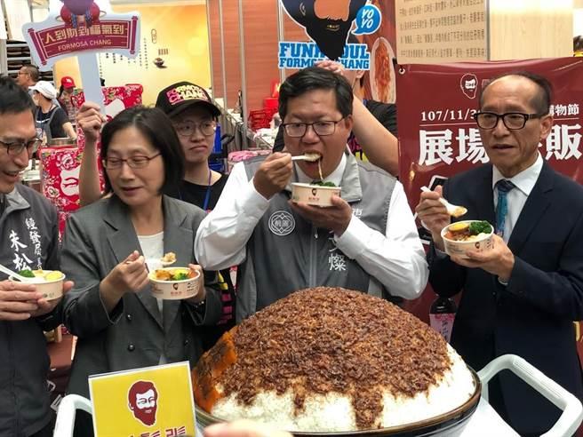 桃园市长郑文灿宣布桃营养午餐一律採购国产猪肉,图为他大嗑滷肉饭。(蔡依珍摄)