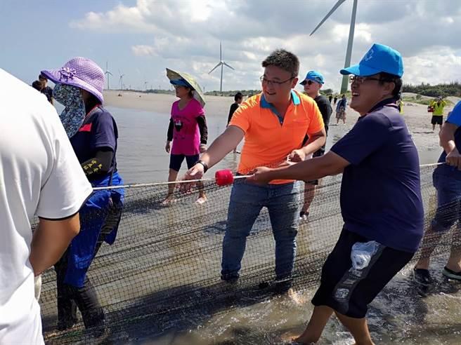 台中大安區漁民發展協會於大安濱海樂園旁舉辦牽罟活動。(陳淑娥攝)