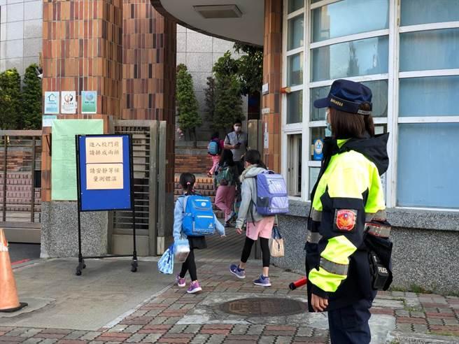 831開學日,台北波麗士守護學童安全。(台北市警察大隊)