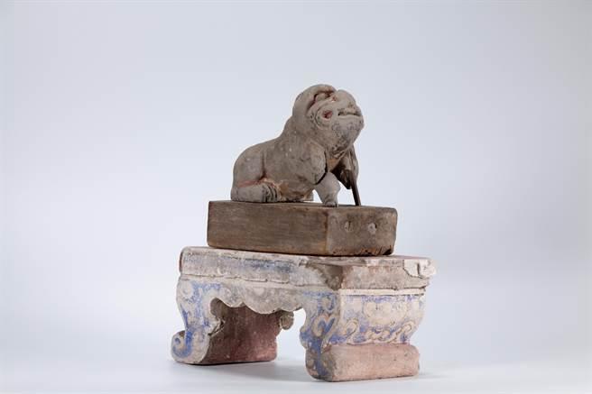 文物調查發現「虎爺神像帶几座」為木胎泥塑神像,是這次調查中歷史最悠久的文物,也是拱天宮建廟時的開基虎爺。(李建緯提供/巫靜婷苗栗傳真)