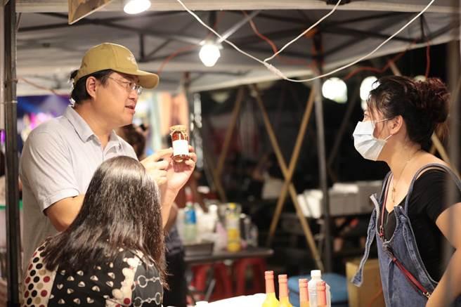 市長林右昌也成為最佳城市行銷大使,將具有豐富海洋味的美食介紹給大家。(基隆市政府提供/吳康瑋基隆傳真)