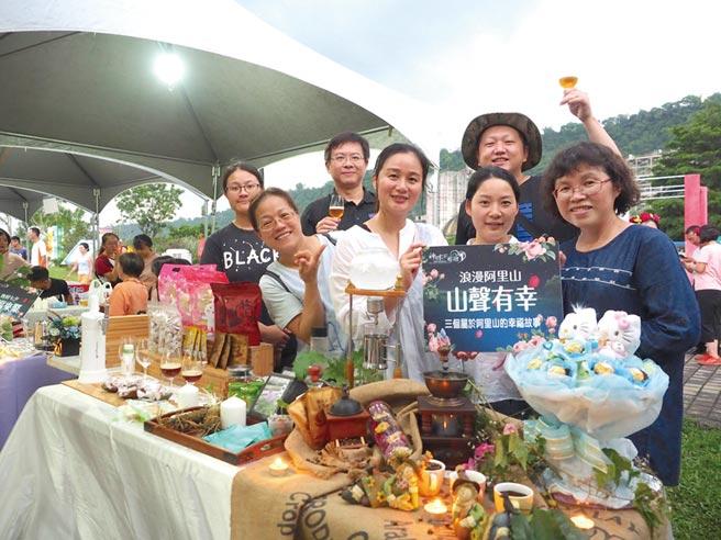 阿里山業者展售在地農特產品,結合人文產業介紹旅遊行程。圖/觀光局提供
