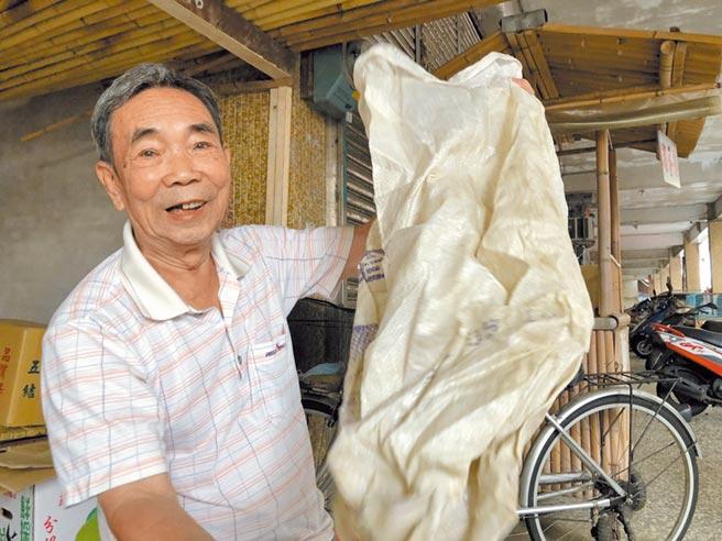 人稱「竹仔師」方瑞其在新北市金山區街坊無人不曉,開業近一甲子,各種傳統竹編器具都難不倒他。(許家寧攝)