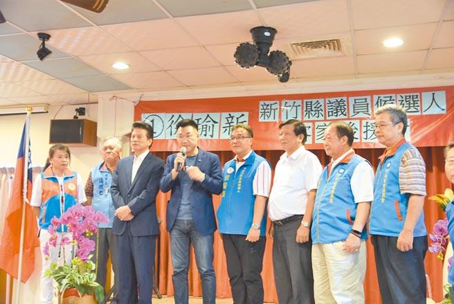 國民黨主席江啟臣(左四)28日前往新竹縣,為參與補選的縣議員候選人徐瑜新(左五)助陣。(莊旻靜攝)