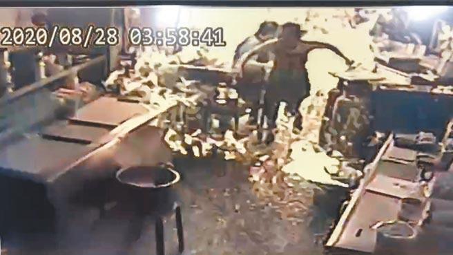 店內監視器畫面紀錄意外發生驚悚一瞬間,疑似有火花引燃空氣中大量洩漏的瓦斯氣體,2名女員工倉皇逃開。(翻攝畫面由民眾提供/謝瓊雲彰化傳真)