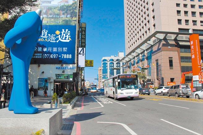 台北市長柯文哲一席「在南部搭公車是厭桃(台語傻瓜之意)」惹議,台南市長黃偉哲要求柯文哲向南部人道歉,南市交通局也以數據說明公車年運量從2010年749萬人次到去年已達2368萬人次,圖為台南市公車。(台南市交通局提供/曹婷婷台南傳真)