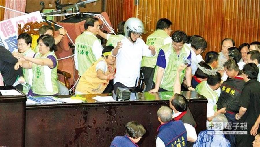 圖為民進黨2013年發動夜宿議場占據主席台。(圖/姚志平)