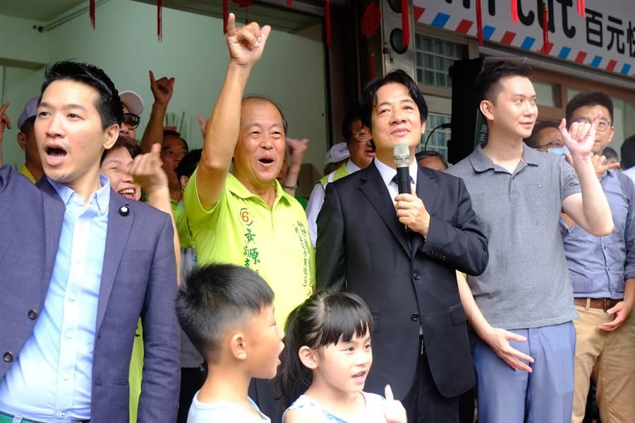 新竹縣補選關西選區縣議員,副總統賴清德(右二)為民進黨徵召的黃源慶(左二)拉抬勝選氣勢 。(羅浚濱攝)