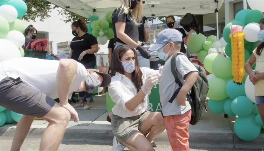 梅根和哈利王子8月19日在加州洛杉磯諾克斯小學(Knox Elementary)協助分送學童各式必需品。(達志圖庫/TGP)