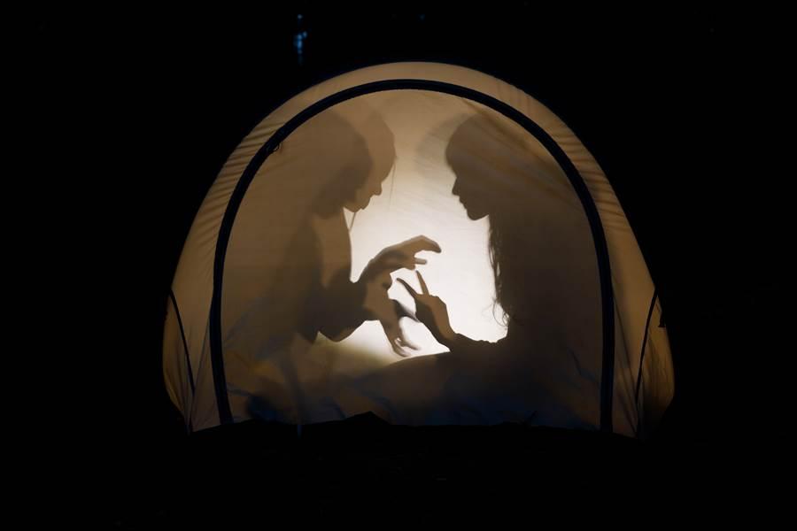 女網友本身體質敏感,沒想到深夜露營時,她驚覺現場多一人(示意圖/達志影像)
