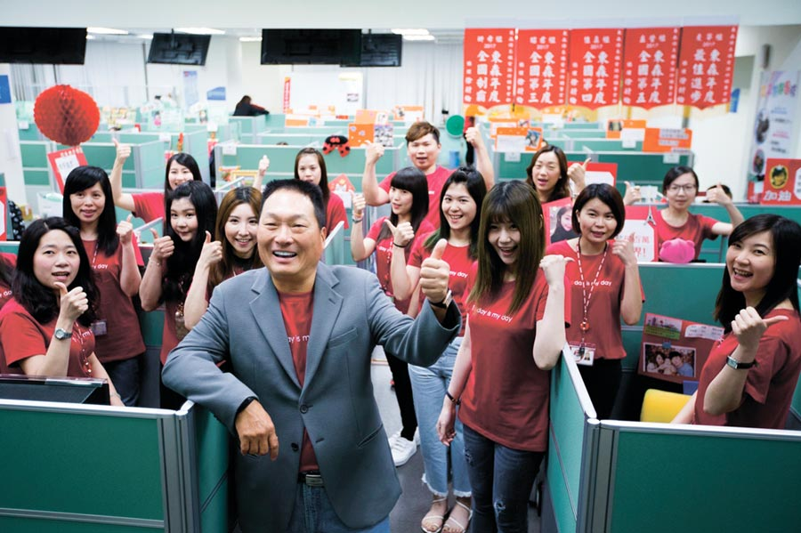 東森集團總裁王令麟(中)率領團隊,憑著品牌信任度及優質服務,不受新冠肺炎疫情影響,獲利逆勢成長。圖/東森購物